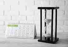 Stundenglas mit aufgestelltem Kalender