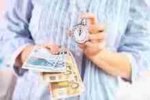 Geldscheine und eine Stoppuhr