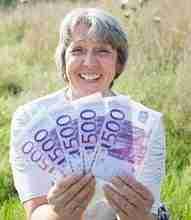 Beitragsbild: 500 Euro Scheine im Wert von 2500 Euro wie ein Fächer in den Händen einer Frau