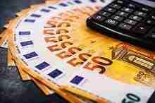 Beitragsbild: Euroscheine und Rechner