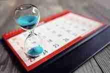 Stundenglas auf einem Kalenderblatt