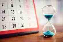 Stundenglas mit Kalender als Symbol für 84 Monate Laufzeit