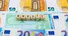 Würfel mit der Aufschrift Kredit und Euroscheine