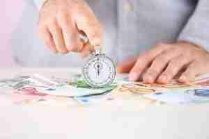Geld unter einer Stoppuhr schnelle Kreditauszahlung mit digitalem Kreditabschluss