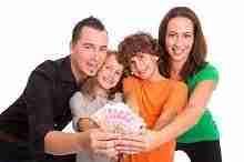 Junges Ehepaar mit Kindern freut sich über einige Euroscheine in ihren Händen, das Geld vom Eilkredit ist eingegangen.
