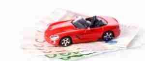 Modell eines exklusiven roten Autos auf Geldscheinen