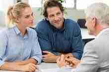 Beratungsgespräch über die gemeinsame Kreditaufnahme eines Ehepaares