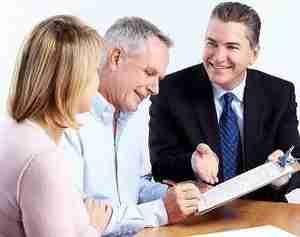 Ehepaar mit Kreditberater zur Kreditlaufzeit