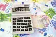 Beitragsbild: Rechner mit der Aufschrift Kredit und Euroscheine