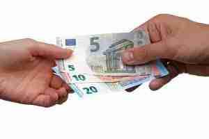 Geldscheine gehen von Hand zu Hand als Symbol für Social Lending